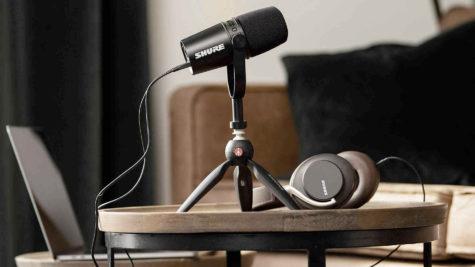 Podcasting : Shure offre un kit associant son microphone MV7 avec le trépied pixi mini de Manfrotto © DR